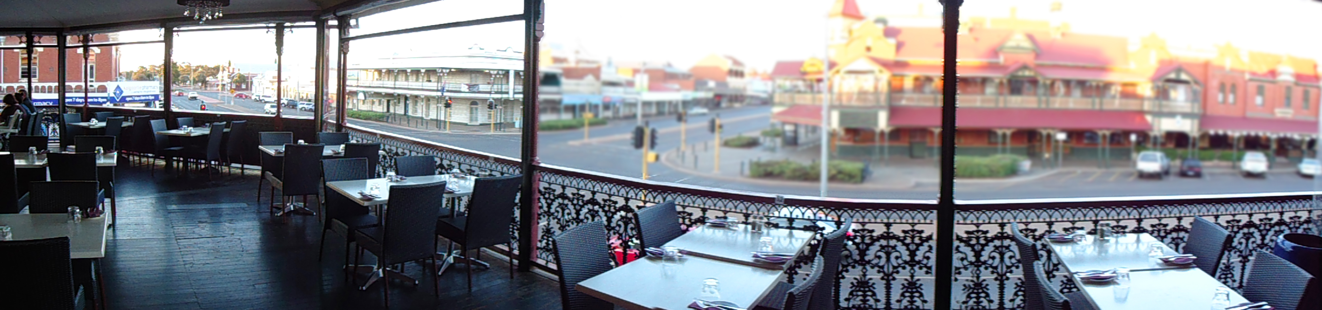 Balcony bar and restaurant the palace hotel for Balcony restaurant and bar